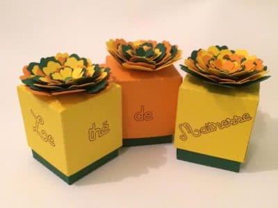 Boîtes à thé avec fleur en relief